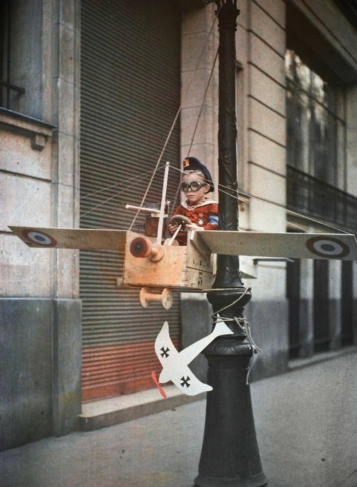ברחוב גרנטה שבפריז הונצחו ילדים שהקימו מעין צבא בתור משחק ושעשוע, 1915