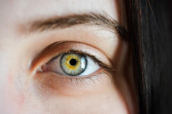 עין של אישה מביטה למצלמה