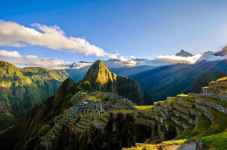 הרים מלאי דשא עם קרני שמש עליהם