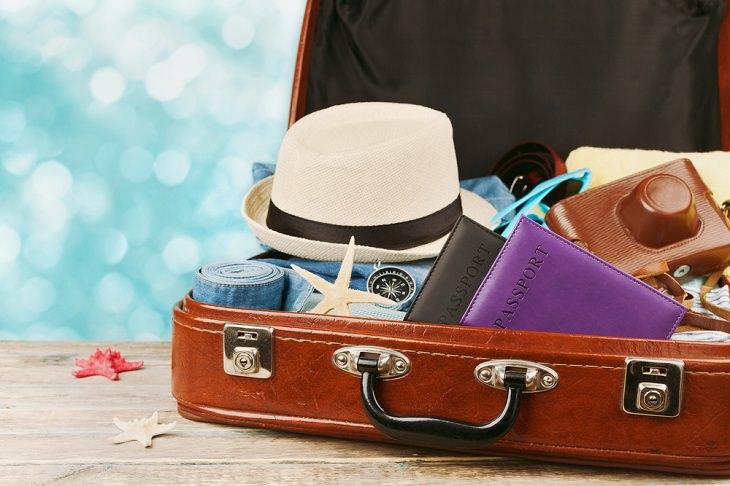 מזוודה עם ציוד לחופשה
