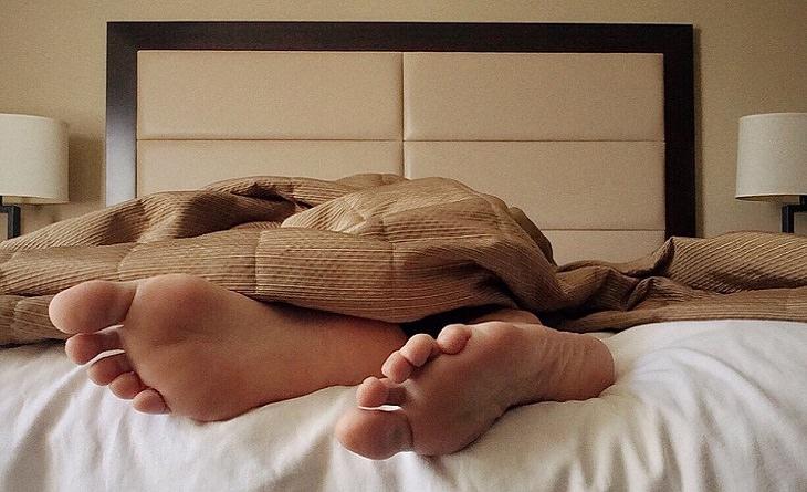 תערובת שמנים לשיפור איכות השינה: כפות רגליים במיטה