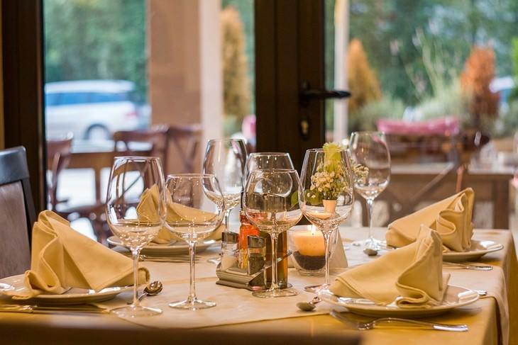 שולחן ערוך במסעדה יוקרתית