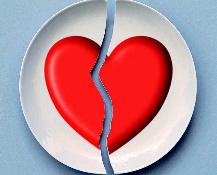 צלחת עם איור של לב שבורה במרכזה