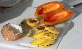 צלחת מלאה בפירות טרופיים