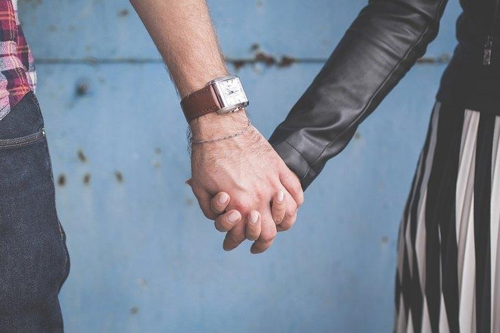 גבר ואישה אוחזים ידיים