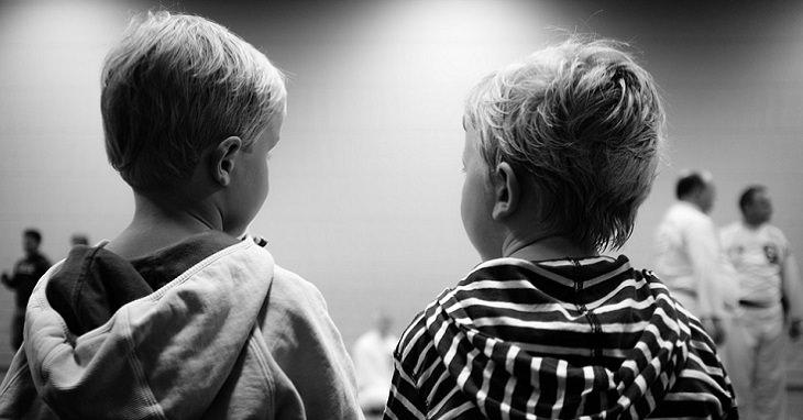 שני ילדים יושבים האחד ליד השני