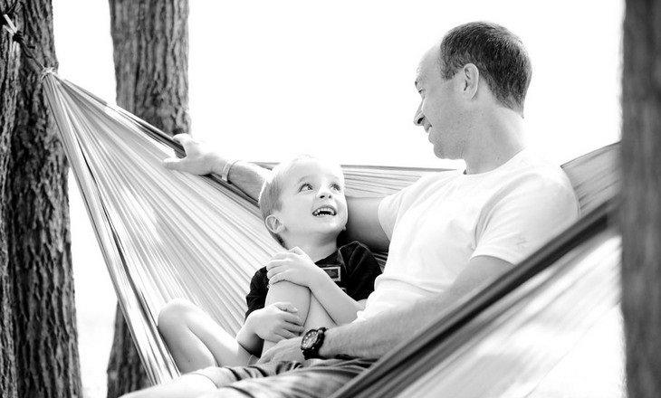אב ובנו יושבים על ערסל ומדברים