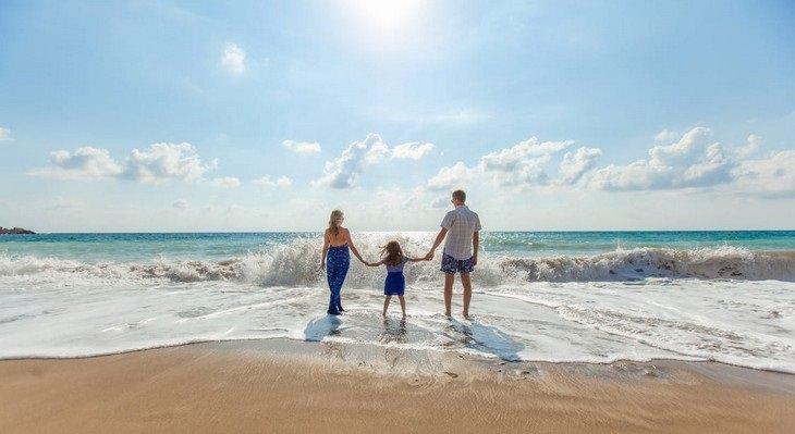 אימא אבא וילדה על חוף הים