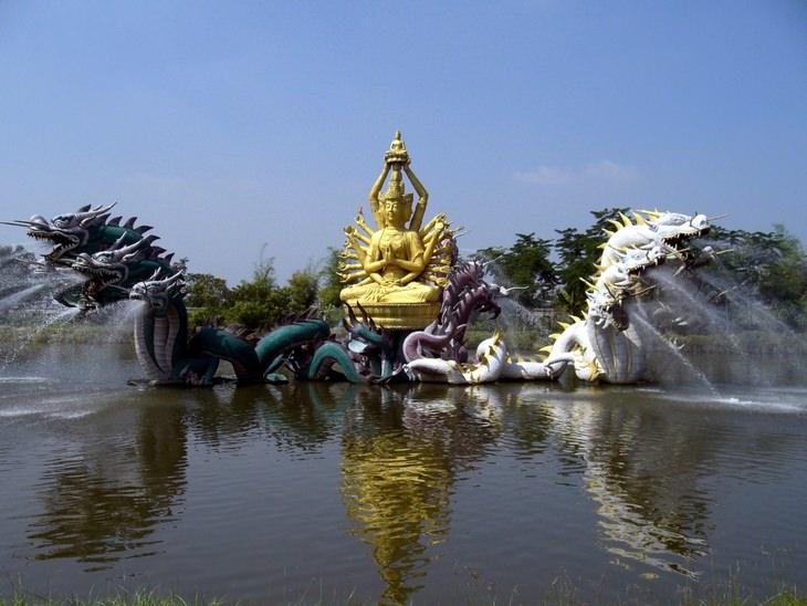 מזרקת בודהיסטבה אבאלוקיטיצ'ורה, העיר העתיקה - בנקוק, תאילנד