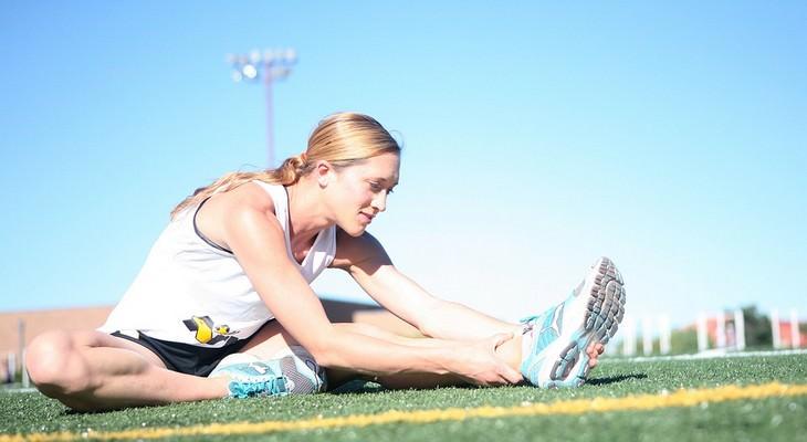 מניעת התכווצויות בשרירי הרגליים: אישה מבצעת מתיחות