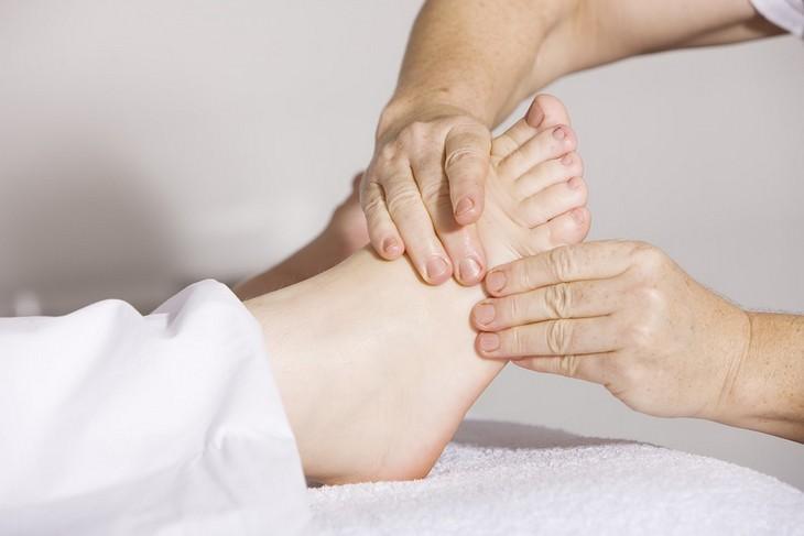 מניעת התכווצויות בשרירי הרגליים: עיסוי של כף רגל