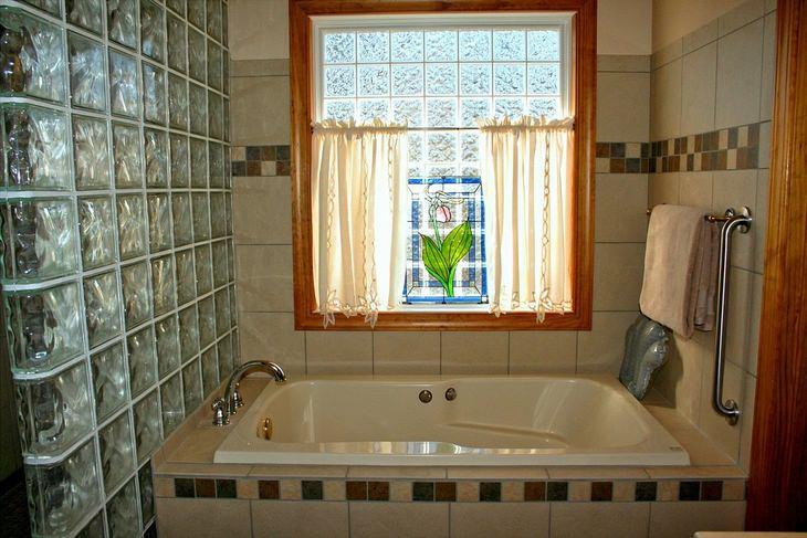 חדר מקלחת מסודר ונקי