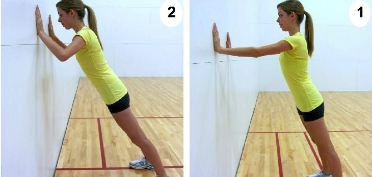 תרגילים לחיטוב וחיזוק הגב: אישה מבצעת תרגיל לחיזוק הכתפיים