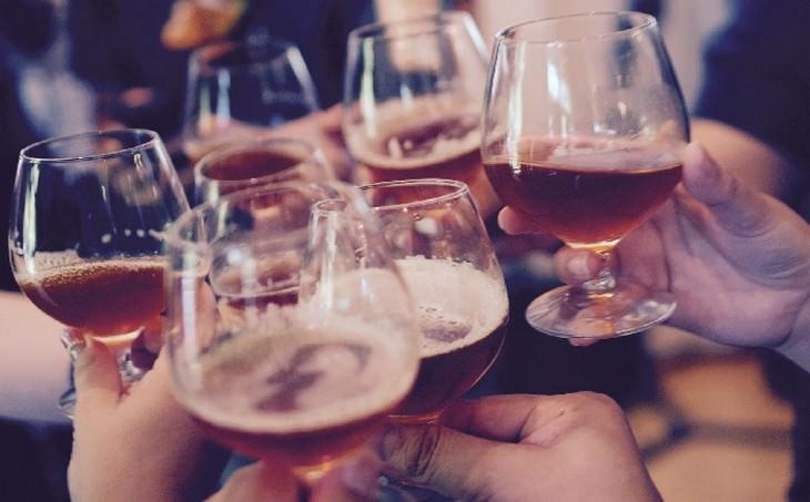 ידיים מחזיקות כוסות משקה