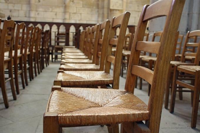 כיסאות ריקים באולם