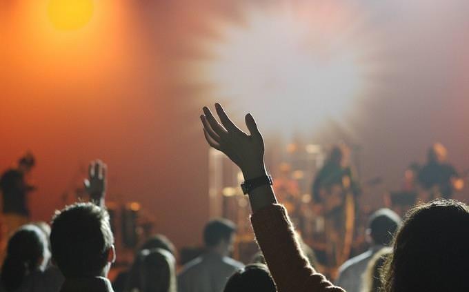 קהל עומד מול הופעה