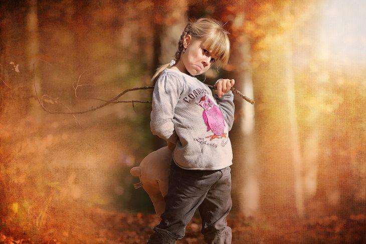 משפטים מעצבנים: ילדה עומדת בחורשה עם מבט נעלב