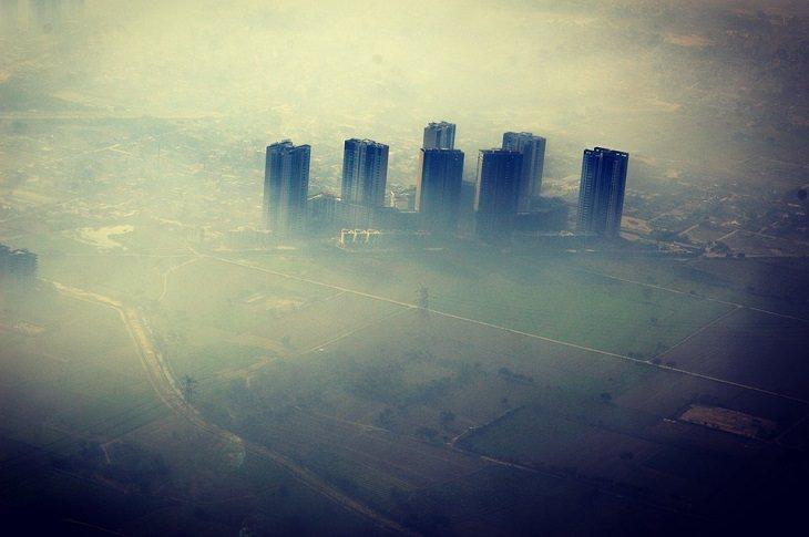 סיבות לתסמונת העיניים היבשות: מבט מלמעלה על עיר עם אובך