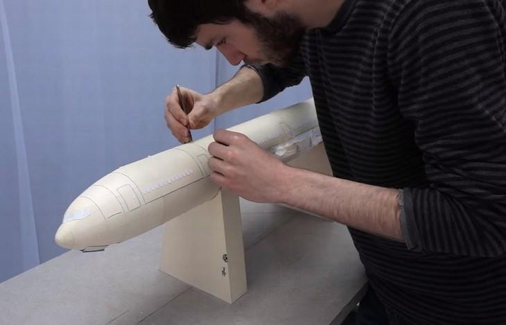 מודל מטוס מדהים מקרטון: תהליך היצירה של דגם המטוס של לוקה יקוני סטיוארט