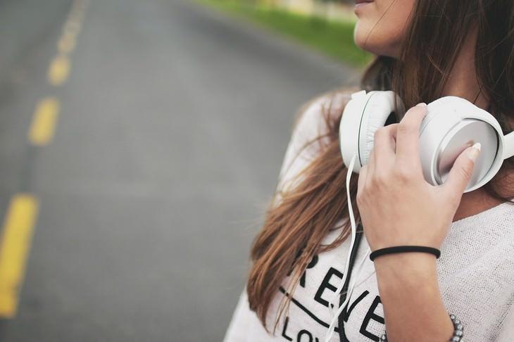 כללי נימוס חברתיים: אישה עם אוזניות סביב צווארה