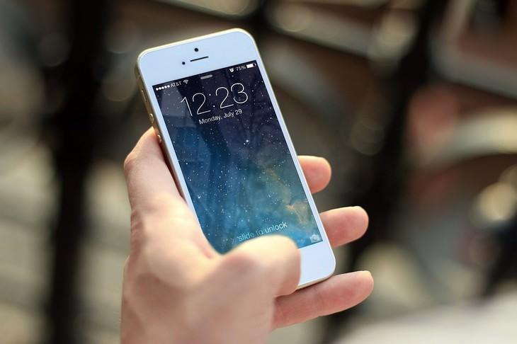 כללי נימוס חברתיים: יד גברית אוחזת בטלפון סלולרי