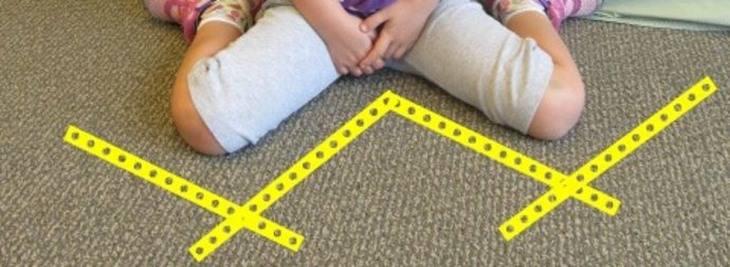 תנוחת הישיבה הנפוצה והמסוכנת בקרב ילדים - ילדה יושבת בתנוחת W