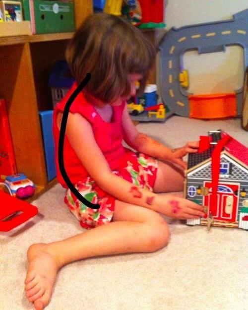 תנוחת הישיבה הנפוצה והמסוכנת בקרב ילדים - ילדה יושבת בצורה שמעקמת את גבה