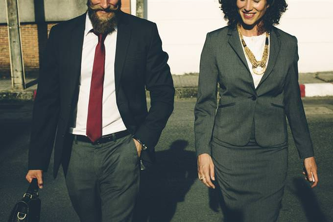 גבר ואישה בלבוש אלגנטי הולכים ברחוב אחד לצד השנייה