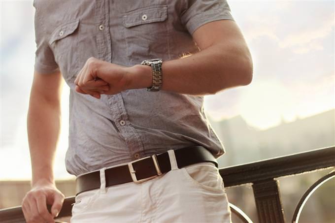 אדם מסתכל בשעון היד שלו