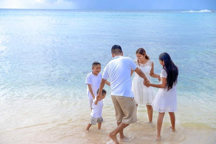 אירועי אוגוסט 2017: משפחה רוקדת במעגל על חוף הים