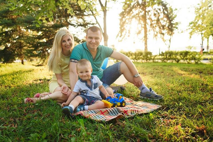 אירועי אוגוסט 2017: משפחה יושבת על דשא