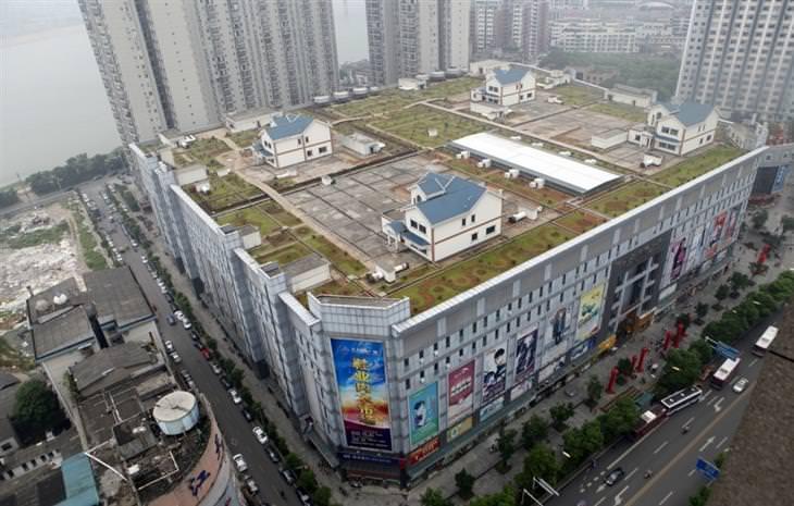 בתים נסתרים מן העין: שכונת וילות על ראש מרכז קניות בחבל חונאן, סין