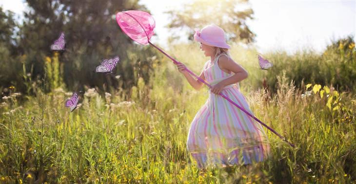 הזכויות שנולדנו איתן: ילדה רצה אחרי פרפרים עם רשת לתפיסת פרפרים