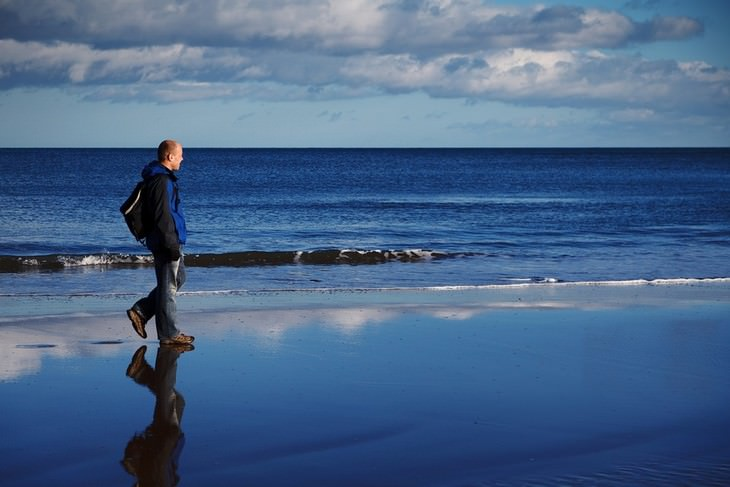 טיפים להורות מאושרת: גבר הולך על החוף
