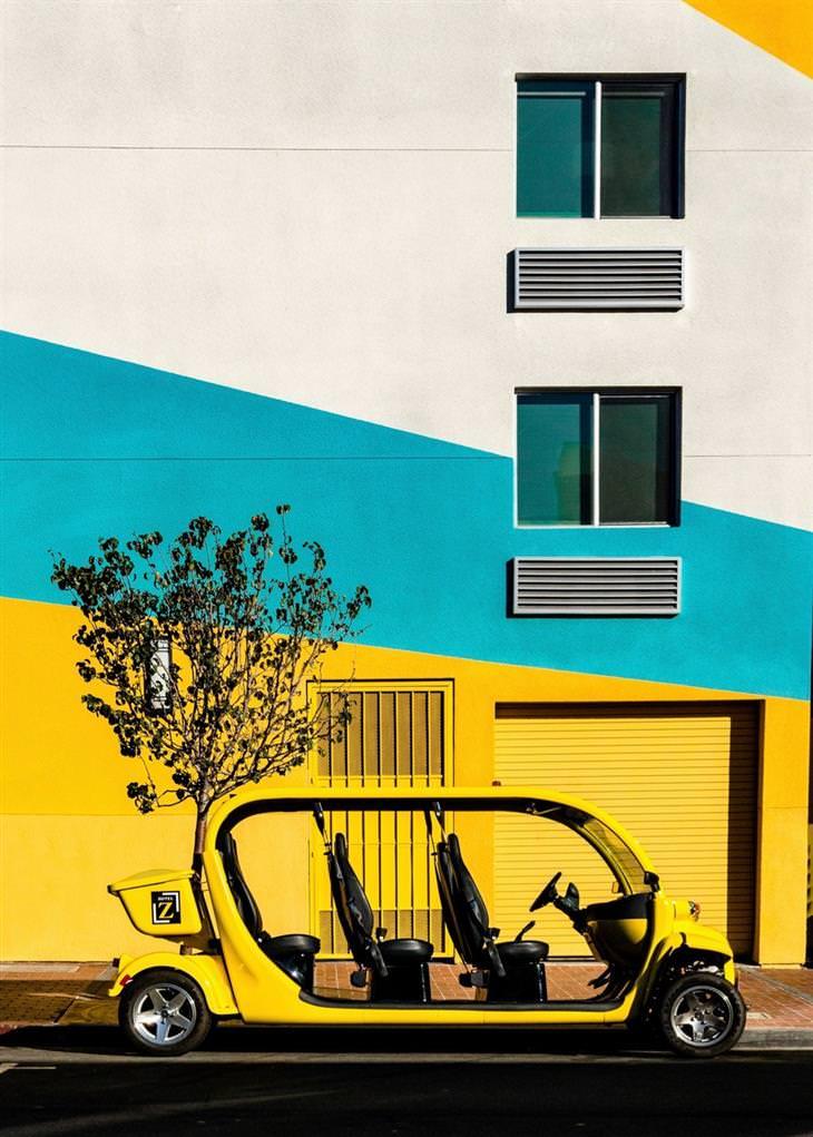 רכב עומד מול בניין צבעוני בורסואה, שוויץ