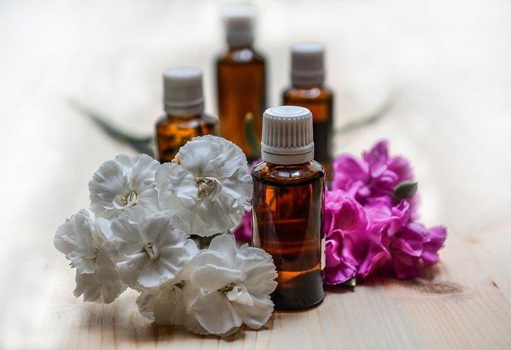 שימושים לשמן אקליפטוס: בקבוקוני שמן לצד פרחים