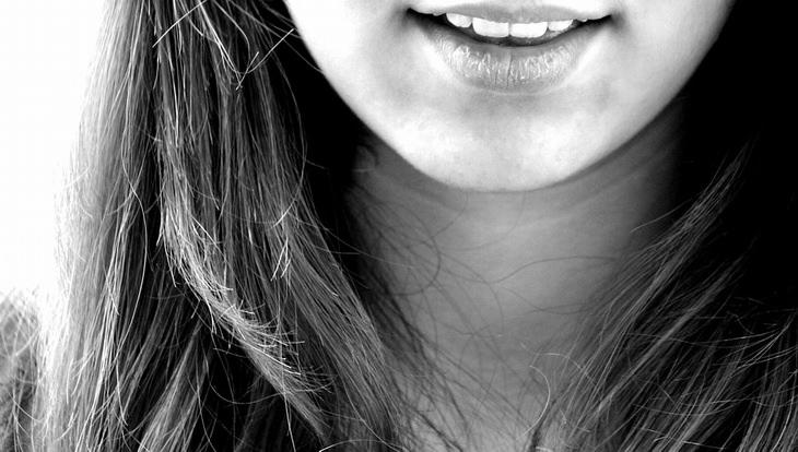 שימושים לשמן אקליפטוס: צילום תקריב של שפתיים של בחורה