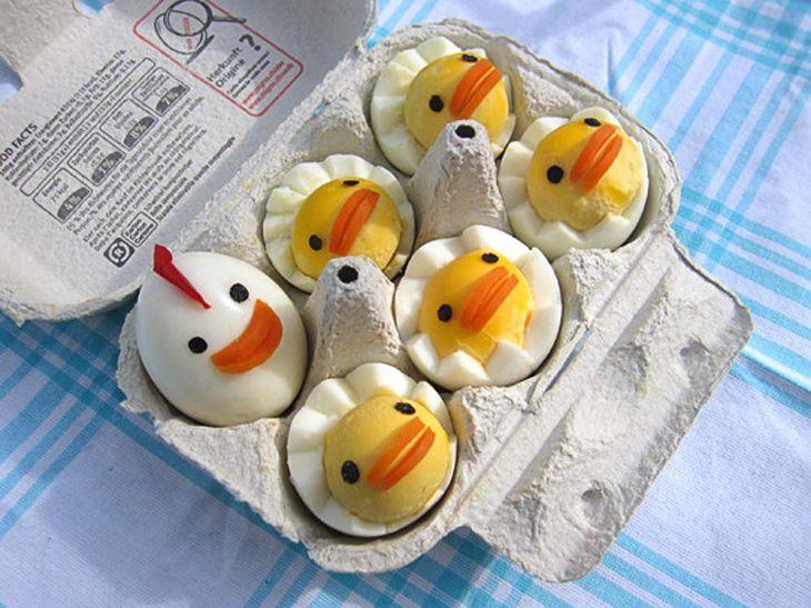 עיצוב מזון והצעות הגשה: ביצים קשות בצורת אפרוחים