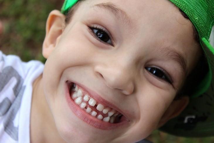 שיטת חינוך יעילה: ילד עושה פרצוף למצלמה