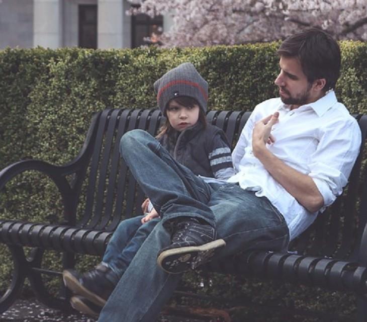 שיטת חינוך יעילה: אב מדבר עם בנו על ספסל