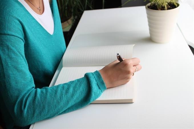 מבחן אישיות: אישה כותבת במחברת