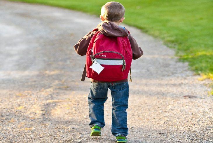 כך תבחרו תיק לילדכם: ילד עם תיק בית ספר על גבו
