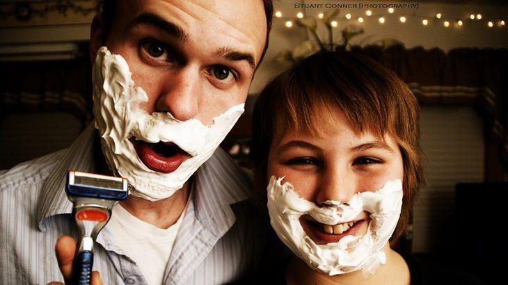 אבא ובן עם קצף גילוח על פניהם
