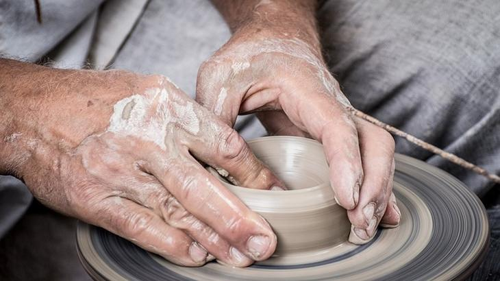 ידיים מכינות פסל מחימר