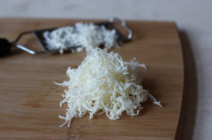 חמאה מגורדת על קרש עץ