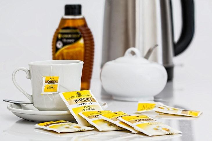 רכיבים להעלמת שלפוחיות ויבלות מכפות הרגליים: תה קמומיל
