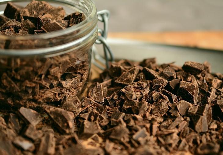 שוקולד קצוץ לצד צנצנת עם שוקולד