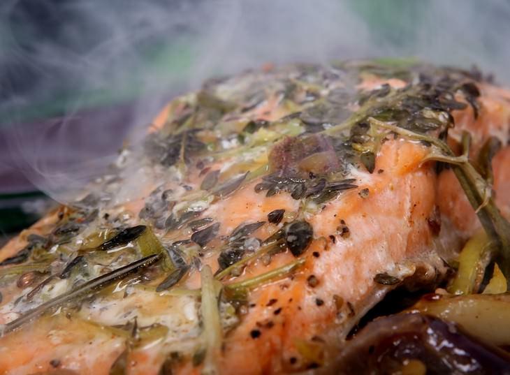 דג סלמון בצלייה
