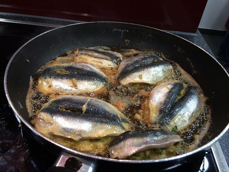 טיגון דגים במחבת
