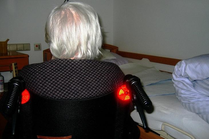 מוקד המצוקה של יד שרה: קשישה ישובה על כסא גלגלים נמצאת בביתה